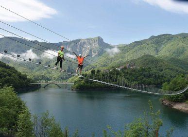Il lungo Ponte Tibetano sul lago di Vagli del Percorso Temerari - Parco Avventura - Vagli Park